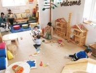 オフィスハート内にある「木のおもちゃ広場」には大小さまざまな木のおもちゃがあり、子どもたちは自由に遊ぶことができる