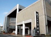紙のまち資料館:紙加工品・製品の展示や販売のほか、手すきによるハガキづくり(要予約)もできる施設