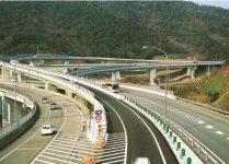 四国「エックスハイウェイ」の中心点:平成12年3月に、4県の県庁所在地を結んだ高速道路ネットワークが完成