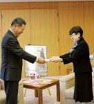 枝葊市長から感謝状を受け取るメンバーら