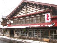 NHK大河ドラマの舞台となった中村亀吉酒造。左に見える大きな玉は、新酒ができたことを知らせる酒林(杉玉)。重さは400貫目(1500kg)で日本一の大きさだという
