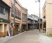 昭和レトロな西大寺五福通り。道に張り出した軒をカットし、ファサードのみ銅板やモルタルで仕上げた看板建築のほか、江戸後期、明治、大正時代に建てられた日本家屋が連なる