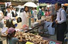 サスペンダーに蝶ネクタイというファッションで、レトロマルシェに出店した米田さん。当日は自作の積み木の販売とともに、積み木で遊べるコーナーをつくって子どもの心をキャッチ