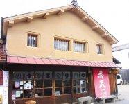 赤瓦1号館は、大正時代の醤油の仕込み蔵を改装したお土産店。赤瓦10号館は観光案内所兼カフェで、観光客の頼れるスポットとしてにぎわう