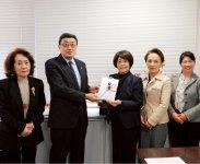 贈呈式の模様。小澤会長が大久保部長へ目録贈呈