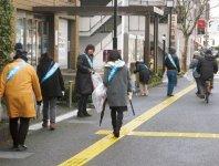 近江八幡駅周辺でごみを集める近江八幡商工会議所女性会メンバー