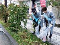彦根駅前通りを清掃する彦根商工会議所女性会メンバー