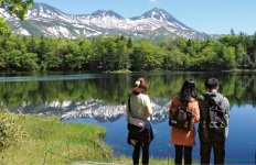 地元のバス会社と共同出資で運営する子会社の知床アルパでは、自然の中を巡るツアーなどを主催している