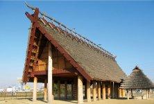 池上曽根史跡公園:総面積60万㎡の規模の大遺跡。弥生時代の全期間(2300~1800年前)を通じて営まれた、わが国屈指の環濠集落(周囲を溝で囲んだ集落)といわれている