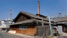 佐竹ガラス:日本で唯一戦前から続く工芸用色ガラス棒の生産工場。建物は国の登録有形文化財に指定