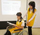 「BIリスト研修」のワンシーン。身体に障害のある方の疑似体験や車椅子の扱い方など体験プログラムが充実している