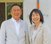 代表取締役会長、社長を務める横井夫妻。社名の「リンデン」は菩提(ぼだい)樹のドイツ語「リンデンバーム」の意で、「花言葉の『夫婦愛』が事業の基盤です」と笑顔で語る