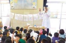 幼稚園児や小学生向けお掃除教育プログラム「エコピカはかせのおそうじ塾」で、地域の子どもたちに掃除の大切さを伝えている