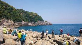 「秘境巡りツアー」で4月30日に訪れた「ゴロタ浜」。柱状節理の岩肌を望む