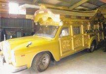 昭和40年代から30年以上にわたり使われていた霊きゅう車。当初は黒だったものを金色に塗装しなおした