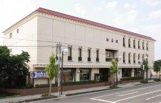 昭和57年にオープンした「白壽殿塩釜」。仏壇のショールームや生花店も併設している