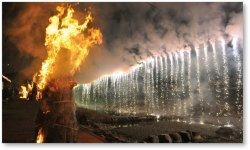 松明(たいまつ)と仕掛け花火:かつて秦野の基幹産業だった「煙草」の耕作者慰労が始まりといわれる秦野市最大の観光まつり「秦野たばこ祭」。毎年9月に開催されており、今年、第70回を迎える。写真は、まつりの際、市内中心部を流れる「水無川」に設営された仕掛け花火と以前は煙草がらを芯に杉皮で巻いて作っていた松明の炎)