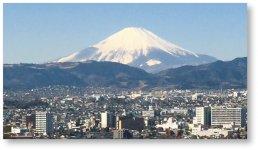 秦野盆地から望む富士山:秦野市の中心部は盆地となっており、富士山が望めるビューポイントでもある)