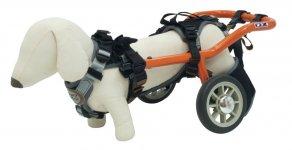 競技用車いすで培った技術はオンリーワンの日常用車いすに生かされ、さらに犬用車いす「wilmog」の開発・製造へと発展させている