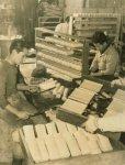 昭和30年代の製造現場。板かまぼこもすべて職人が手作業で行っていた