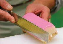 板かまぼこは土台を機械でつくり、上塗りを手作業で行っている