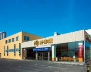 かま栄の本社兼工場直売店。店内には無料の休憩フロアもあり、自由に工場見学もできる