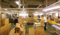 本社工場内では、プラスチック製品の設計・製作から組み立て、加工まで一貫体制で行っている