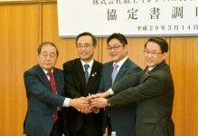 今年3月14日に鳥取県知事公邸で行われた調印式には、(左から)鳥取商工会議所の藤縄匡伸会頭、深澤義彦鳥取市長、鈴木滋朗社長、平井伸治鳥取県知事が出席した