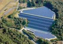 高松空港南側1万2000坪の敷地で太陽光発電事業も展開。2・4MWの電力をつくり出し、地域に貢献している