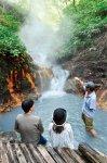 登別では硫黄泉、食塩泉、鉄泉など多種類の源泉が湧き出ている