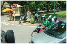 ベトナム・ハノイの市内で目立つGrabのバイクタクシー