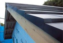 ガルバリウム鋼板の屋根材の厚さは0・3〜0・35㎜が一般的だが、シーファーS6は0・5㎜で強度が高い。天然スレートの産地、石巻市雄勝の伝統文化を残した風合いも特徴的