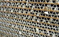 屋根材の裏地に採用した強化ダンボール。軽量化と通気性が格段に上がり、強化ダンボールの可能性も引き出した