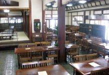 登録有形文化財に指定された、老舗で食す料理は格別。建物のみならず、室内も風情があり美しい