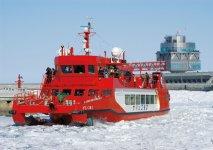 流氷をガリガリ砕きながら進む「流氷砕氷船ガリンコ号Ⅱ」。夏は釣り船になる