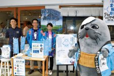 西紋エリアをPRするキャラクターの紋太と紋別商工会議所の加賀博之事務局長(左から2番目)、主任の小谷千央さん(同3番目)ら