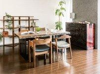 デザインと存在感が調和している、無垢材のオーダー家具と仙台たんす(monmaya大町店の店内)