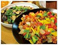 全て手づくりの惣菜は70種類以上、お弁当は45種類超と豊富で、季節限定など品ぞろえは常に新鮮。ランチ・ディナーバイキングは連日地元客でにぎわう