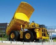 小松製作所創立90周年を記念しつくられた「こまつの杜(もり)」の超大型ダンプ