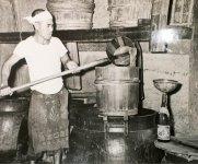 昔の酢づくりの様子。道具は変わっても製法は変わらない