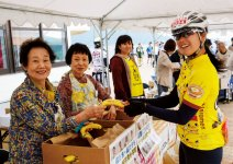 参加者に応援バナナを手渡す