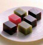 伝統製法でつくられた「特製切り羊羹」は、村岡総本舗のロングセラー商品となっている