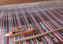 ガチャマンラボの社内には機織り機を置き、ときにはこれで織りの勉強や研究をしている