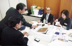 個別型商談会ではサプライヤー(左手前)の隣にコーディネーターが座り、商談をサポートする