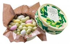 カラフルなチョコレートでコーティングされた「青豆のドラジェ」。中には枝豆とアーモンドが6:4の割合で使用されている。1000円(税込)