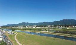 市内を流れる遠賀川と市の東にそびえる福智山