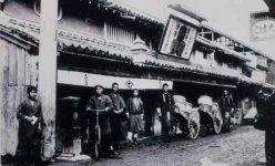 明治41年ごろの店舗前。営業用にイギリスから輸入した自転車は、現在のベンツよりも高価だったという