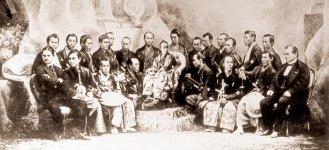 慶応3年、渋沢栄一(後段左端)は江戸幕府のパリ万博使節団の一員として、欧州に派遣された