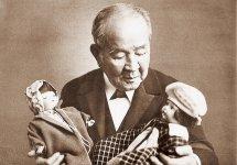 青い目の人形を抱く渋沢栄一。1927年に日本国際児童基金親善会を設立した