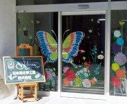 川崎工場の入り口は「ウインドーギャラリー」と題し、期間限定で各アーティストがキットパスで描いた作品で彩られている